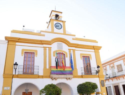 La bandera del arcoíris ya luce en el balcón del Ayuntamiento con motivo del Día del Orgullo LGTBI