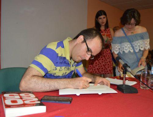 Un centro de ocio abarrotado acoge el debut del paisano José Miguel Gallardo como novelista