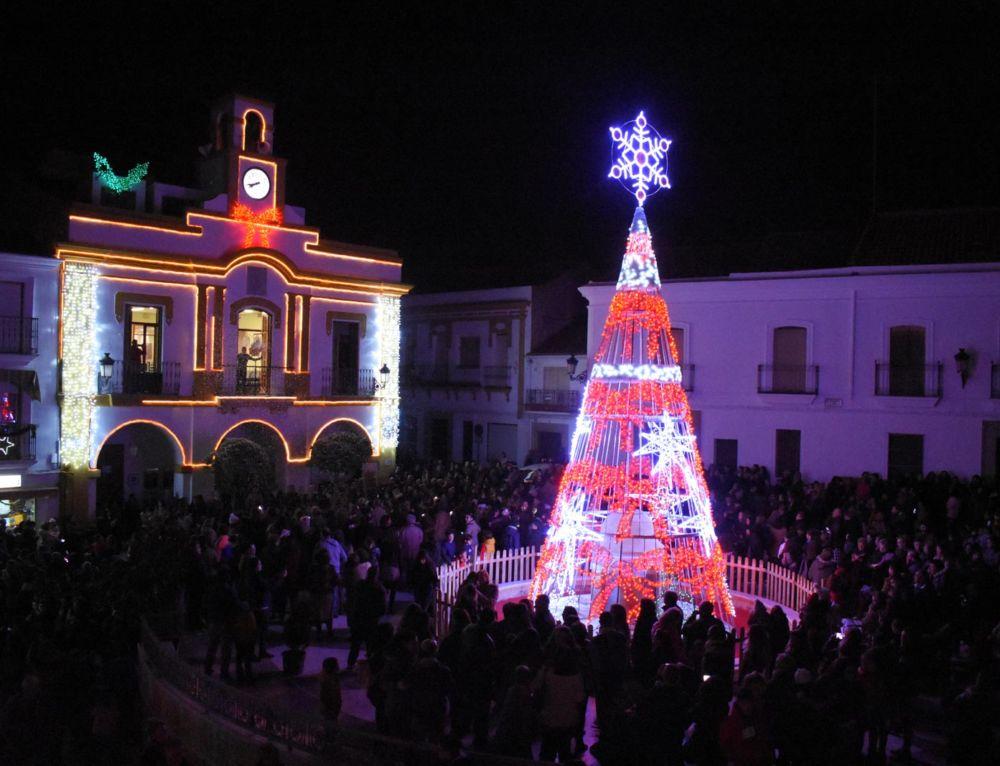 Cientos de personas disfrutan del encendido navideño