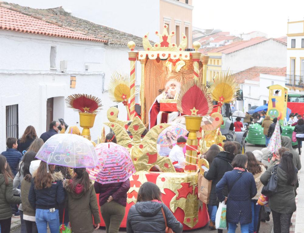 La lluvia acompaña a los Reyes Magos en su paso por nuestra localidad