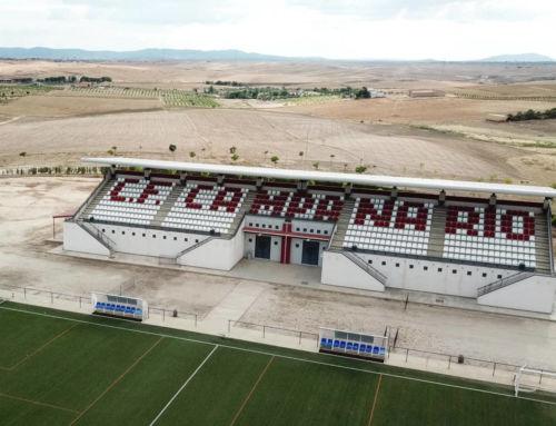 El Ayuntamiento instala cubierta, butacas y marcador electrónico en el Campo de Fútbol