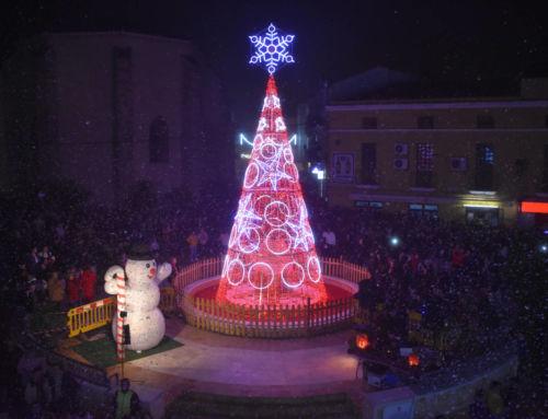 Cientos de personas asisten al encendido del alumbrado navideño 2018