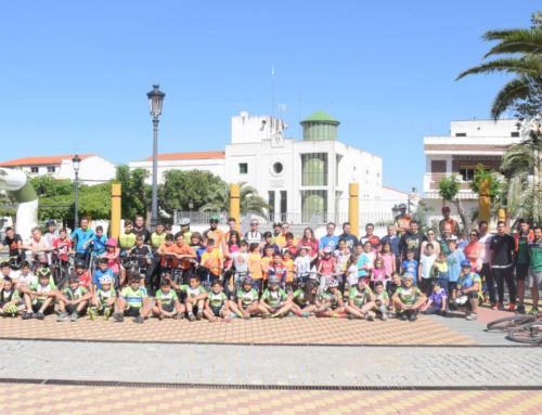 Multitud de ciclistas celebran el Día de la Bicicletaen Campanario