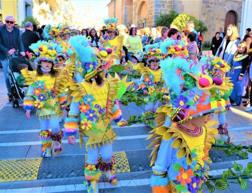 Espectacular y colorido desfile de comparsas de Campanario